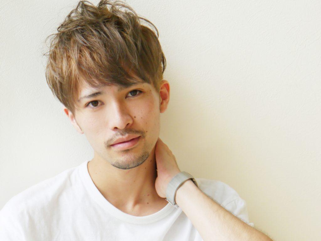 ブラウンの髪の男性の写真