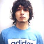 青いシャツを着た男性の写真