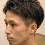 サイド刈り上げのショートヘアの男性の写真
