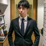 スーツを着た前髪がやや長めの男性の写真